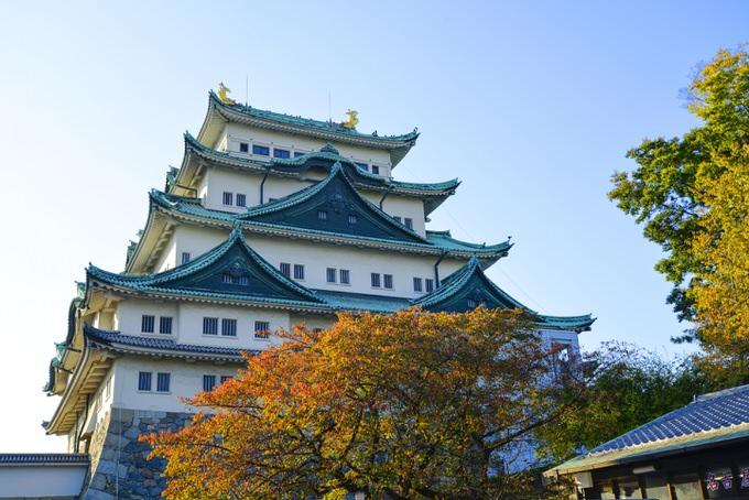 名古屋城と色づき始めた紅葉